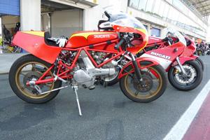 Ducatis aller Altersklassen sind gerne gesehen auf der Rennstrecke und in der Boxengasse