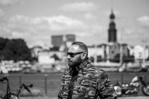 Men of Mayhem-Gründer Kevin Herbst trägt die Zipper-Jacke